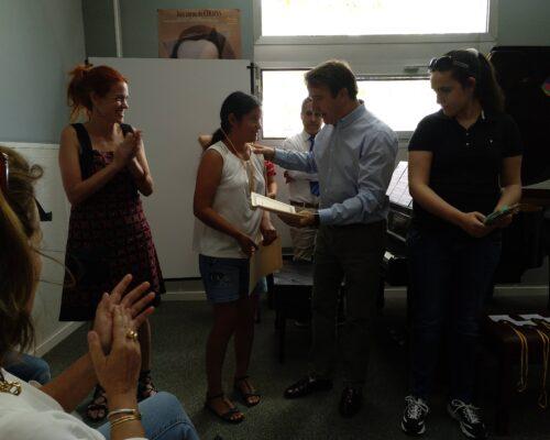 Entrega de diploma a Cristina