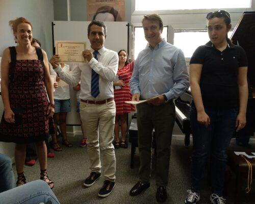 Entrega de diploma a Jose Luis