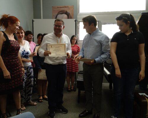 Entrega de diploma a Alberto