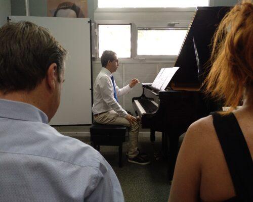 Jose Luis toca el piano