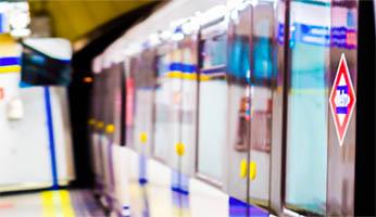 vagón de Metro parado en una estación