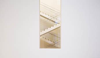 vista de una escalera del interior de un edificio desde una ventana
