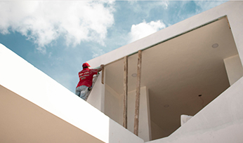 Albañil realizando una obra exterior en una casa