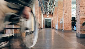 Hombre en silla de ruedas en un museo